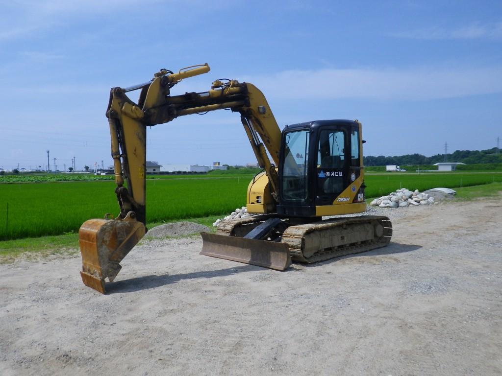 車両名称:0.28㎥バックホウ 特徴:キャタピラー308C-SRです。超小旋回機です。308C-CRとの違いはブームが左右にオフセットすること、排土板がついていることです。オフセットブームは主に下水道工事や溝掘り作業では欠かせないものです。追加装備の分だけ重量も増していて、CR型に比べると800㎏程度重いようです。